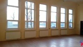 sala wewnątrz z dużymi oknami od strony ulicy