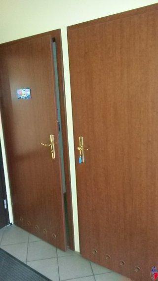 drzwi do wc wejście od korytarza prowadzącego do sali