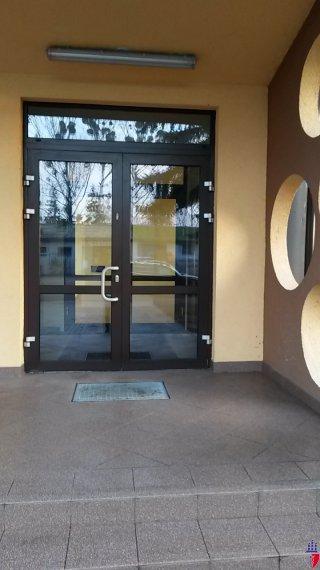 wejście do budynku, wygodne dwuskrzydłowe drzwi